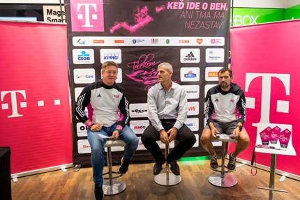 O 9. ročníku Telekom Night Run informovali na tlačovej besede (zľava) riaditeľ podujatia Peter Pukalovič, hovorca spoločnosti Slovak Telekom Peter Kimijan a športový riaditeľ Marcel Matanin.