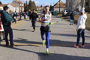 Alexander Jablokov práve vbehol víťazne do cieľovej pásky Suchovskej pätnástky 2017