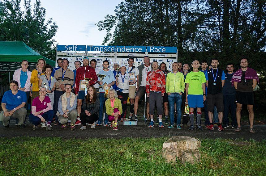 Účastníci Self-Transcendence 6/12h a 100km behu Nitra